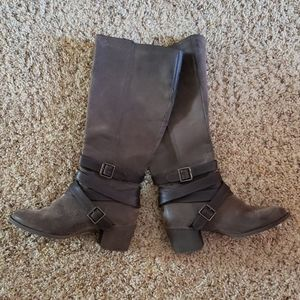 Cute brown boots!